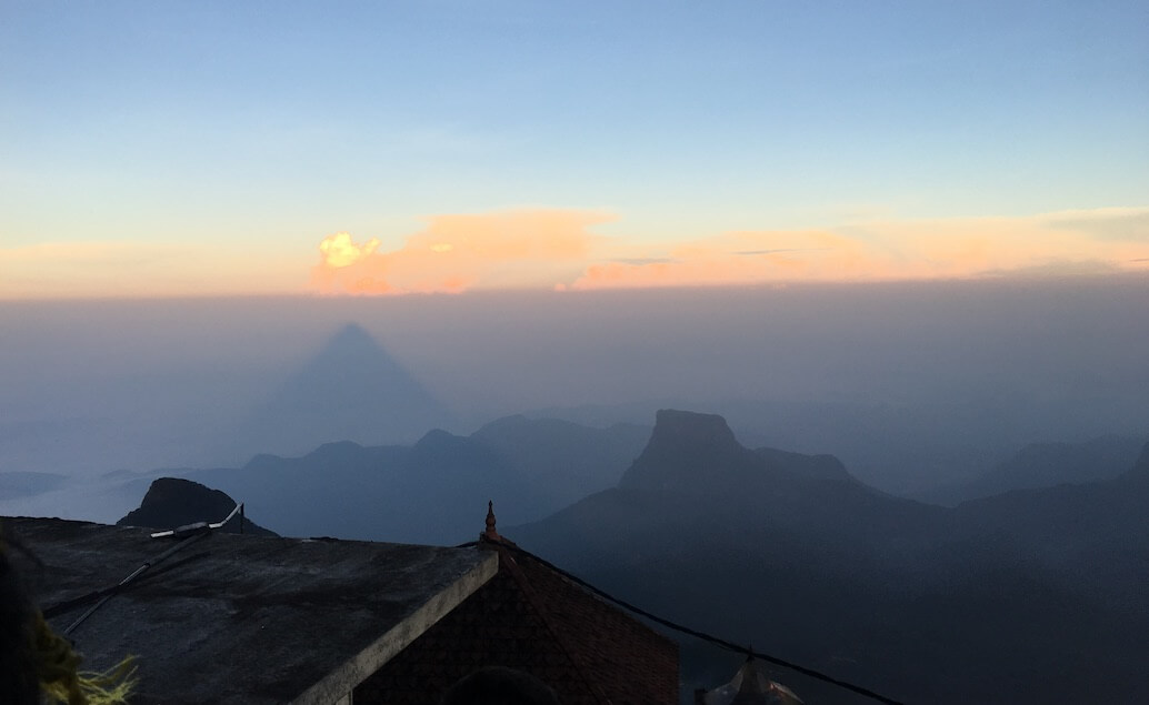 tieň Adam's peaku